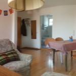 Wohnzimmer, rechts Tür zur Küche und zum Bad