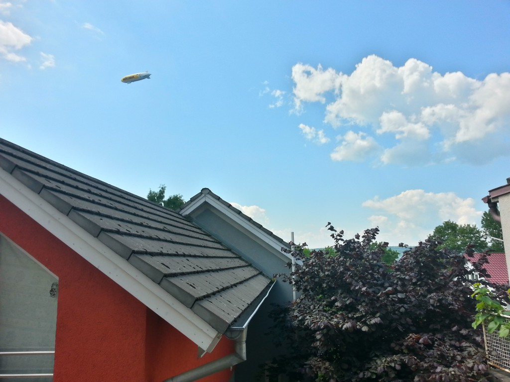 Aussicht vom Balkon der Ferienwohnung richtung Bodensee.  Manchmal fliegt Ein Zeppelin Vorbei.