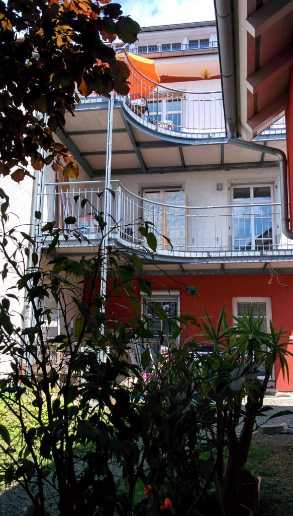 Die Wohnung bietet einen Grossen Balkon mit Eckbank und Tisch Zum gemütlichen Frühstück im Freien.
